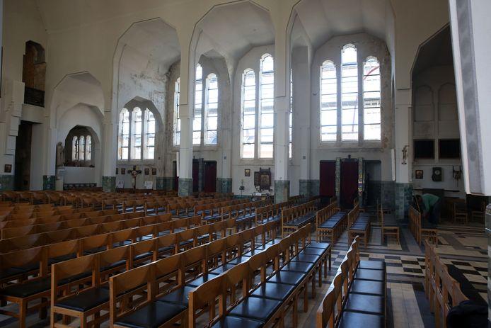 Het zitgedeelte in de Sint-Rochuskerk in Halle. Hier wordt het podium opgebouwd voor de productie van Studio Orka.