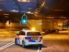 Vrachtwagenchauffeur begrijpt navigatie niet goed en blokkeert ingang van parkeergarage Centraal in Arnhem