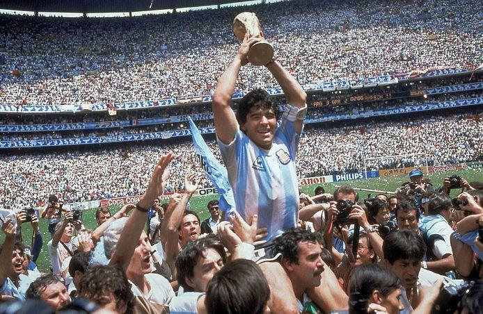 Diego Maradona met de wereldbeker op 29 juni 1986.