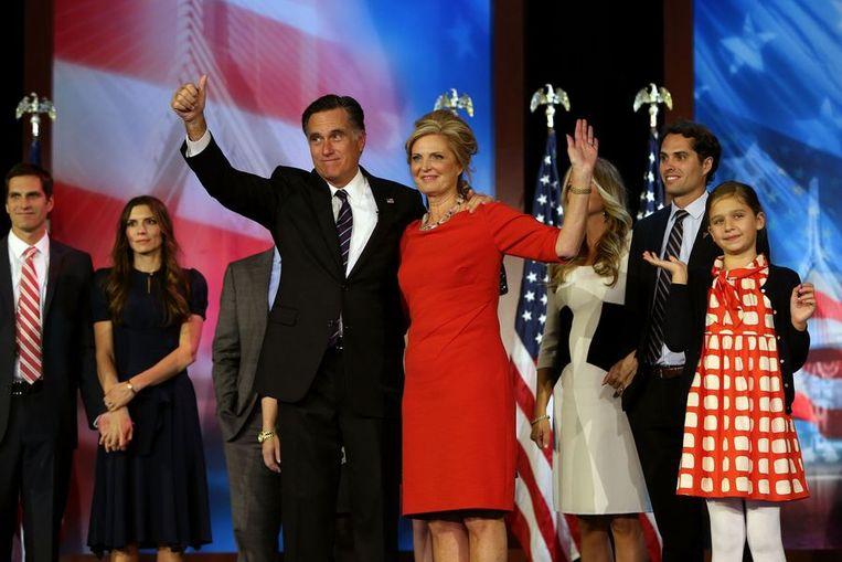Mitt en Ann Romney in Bosten met op de achtergrond een deel van zijn familie. Beeld afp