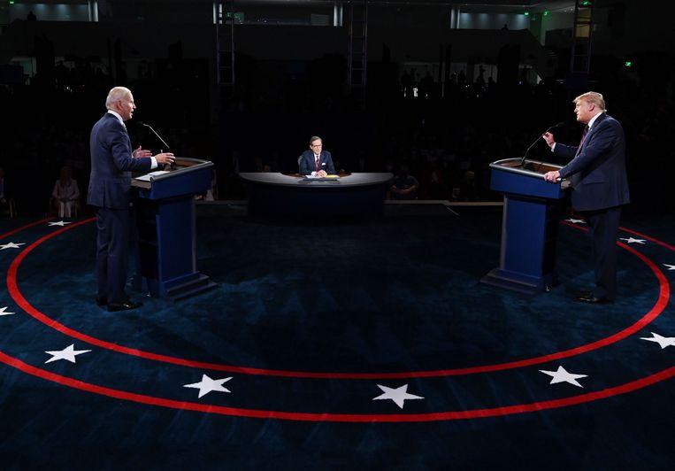 Joe Biden en President Donald Trump dinsdag tijdens hun eerste debat. Beeld AFP