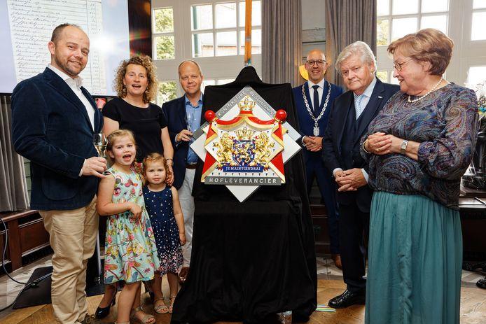 Boer Goossens voortaan hofleverancier. Vlnr: Cas, Esther Huub jr, kleinkinderen Lois en Lauren, burgemeester Han Looijen, Huub Goossens Sr. en zijn echtegnote Corrie.