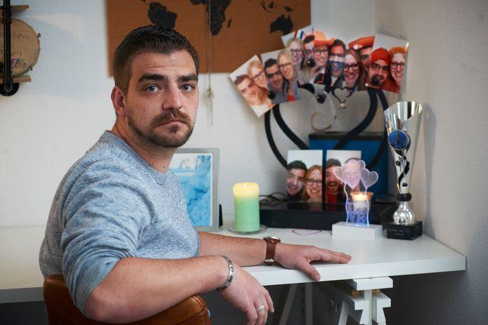 Jeroen van Tol uit Oss verloor in de zomer van 2019 zijn vriendin door een appende automobilist.  Op de achtergrond de urn van Kirsten.