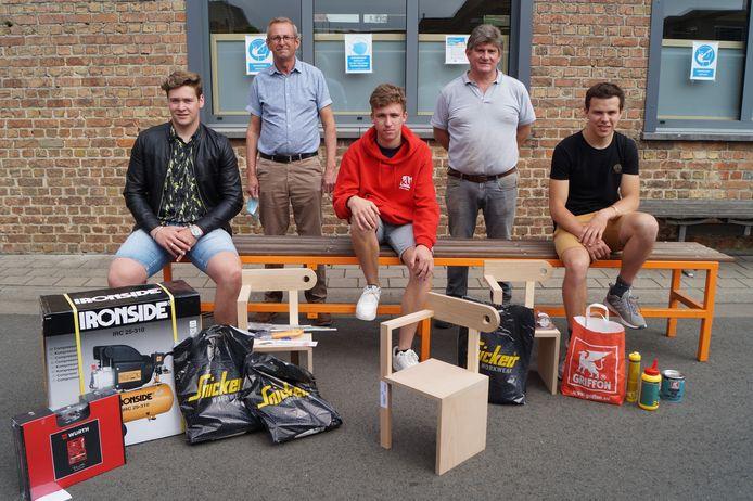 Sybe Valcke, Robbe Dewitte en Joachim Van Ruymbeke vielen in de prijzen. Achter hen zien we directeur Paul Strubbe en leerkracht Jan Vanassche