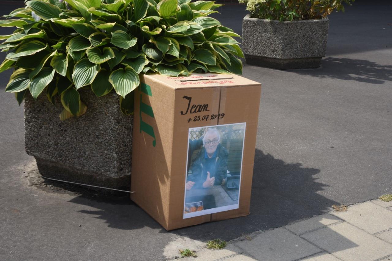 Aan zijn woonplaats werd een doos neergezet voor rouwkaartjes in te deponeren.