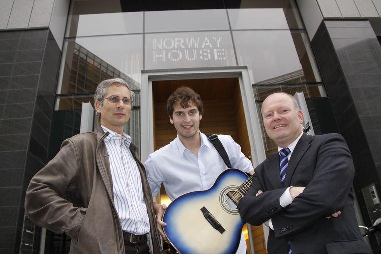 In 2010 werd Tom Dice ontvangen op de ambassade in Noorwegen. De Eeklonaar mocht dat jaar naar het Songfestival, en kreeg van Koen Loete een gitaar cadeau.