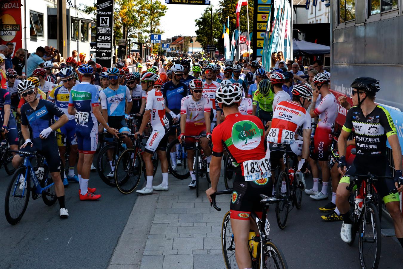 De renners zijn gestopt om de het parcours niet veilig is.