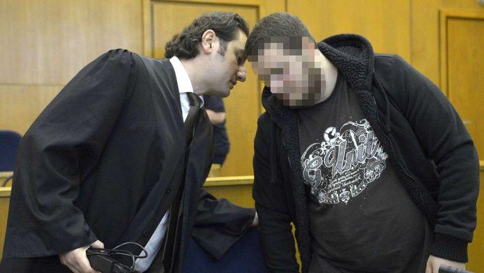 Kreshnik B. (rechts) luistert naar zijn advocaat Mutlu Guenal tijdens de zitting in Frankfurt.