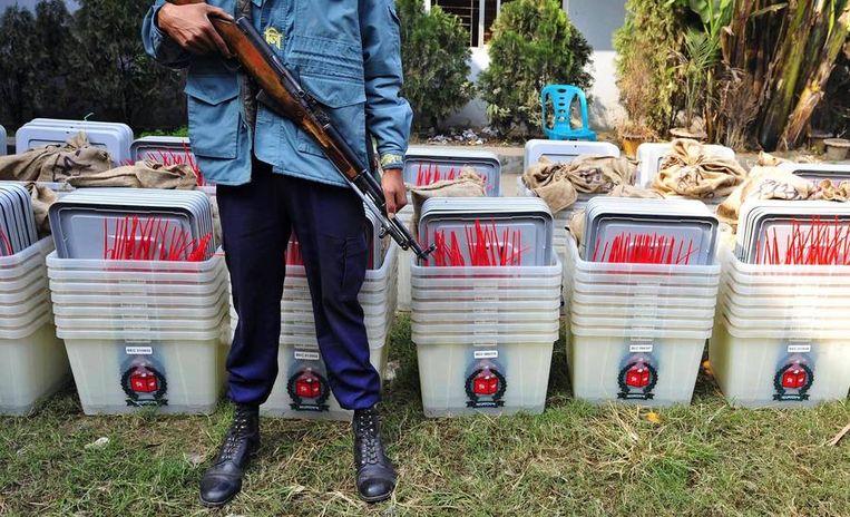Politie bewaakt stembussen bij een distributiecentrum. Beeld REUTERS