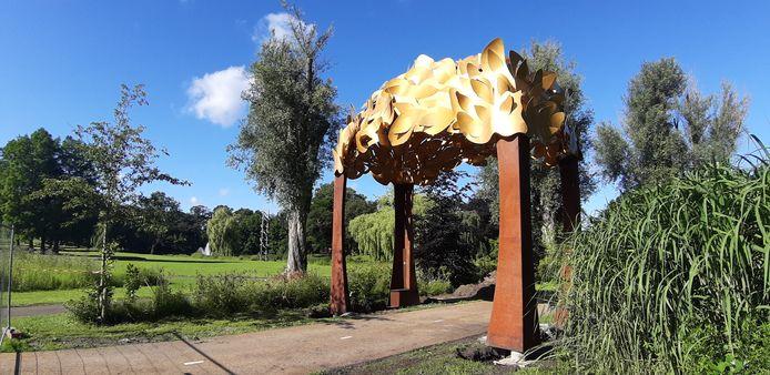 De Bospoort, het kunstwerk dat jaren in de opslag lag, heeft eindelijk een plek gekregen in het Anton van Duinkerkenpark