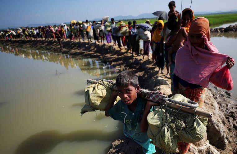 Rohingya vluchtelingen onderweg naar Palong Khali-vluchtelingenkamp in Bangladesh Beeld REUTERS