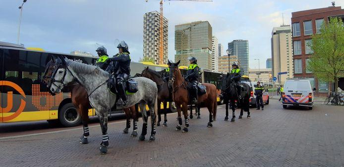 De politie is te paard aanwezig in de omgeving van de Kanaalstraat