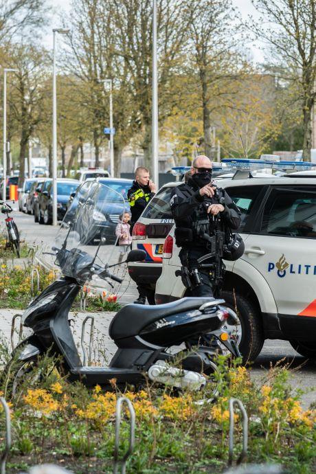 Tassen vol drugs en geld en agenten met mitrailleurs: het leek wel een filmscène in deze Utrechtse woonwijk