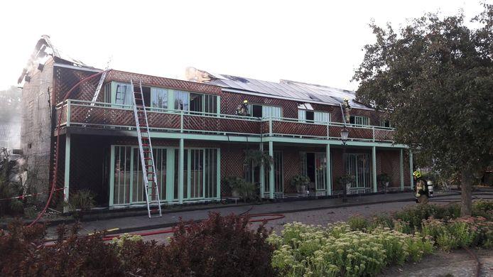 Een groot deel van het dak is verwoest.