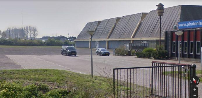 De coronateststraat in Gorinchem verhuist naar het parkeerterrein van Piratenland.