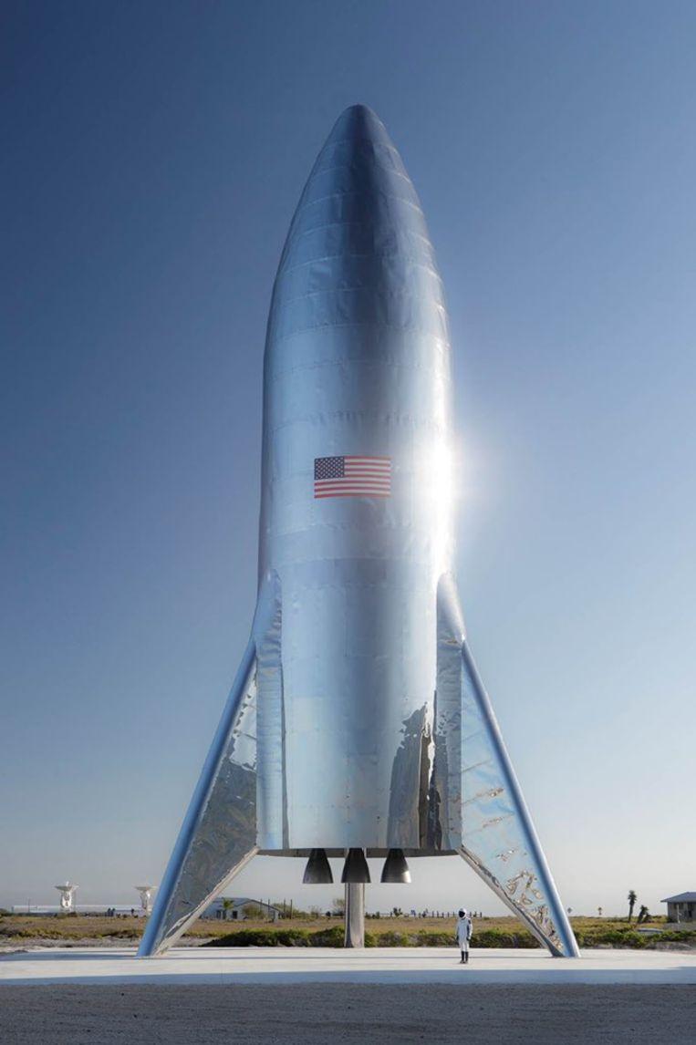 De eerste versie van de Starship staat klaar op de lanceerbasis van SpaceX in Texas. Beeld Twitter/Elon Musk