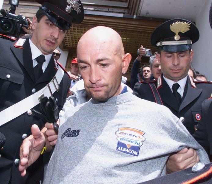 Marco Pantani wordt afgevoerd door de politie.