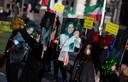 Iraniërs in ballingschap demonstreren aan de rechtbank in Antwerpen met het portret van oppositieleidster Maryam Rajavi tijdens het proces van geheim agent Assadi.