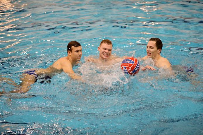 Vlnr: De waterpolovrienden Lex Korteweg, Jim Mesman en Pim Groen dollen tijdens de training bij hun club MNC Dordrecht.