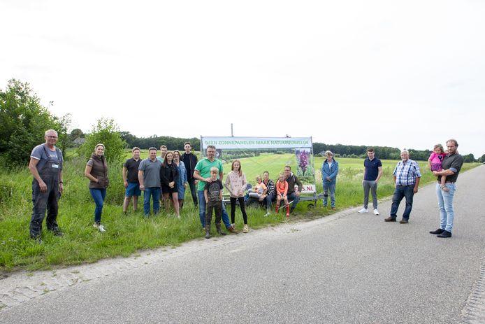 Buurtbewoners voeren actie tegen komst van zonnepark aan de Enterveenweg. Ze hebben spandoeken laten maken.