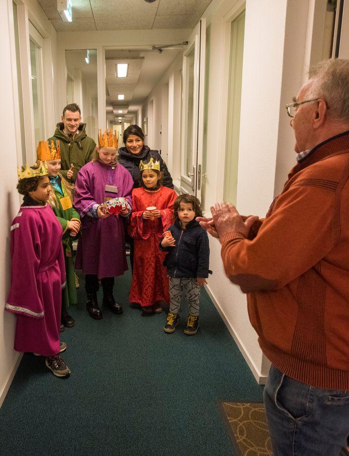 De vier 'koningen' Jules, Juul, Evi en Lisa zingen hun lied voor de deur bij de familie Van Overdijk in Oirschot.
