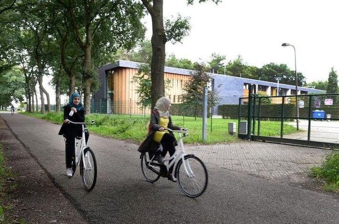 Twee meisjes fietsen langs het azc in Overloon.