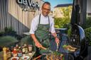 Sterrenchef Luc Bellings proeft 13 sauzen voor bij de barbecue.