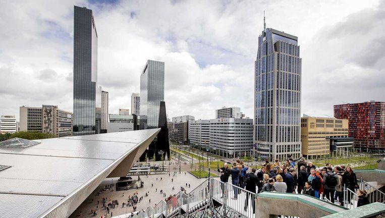 Rotterdammers kunnen de trap beklimmen naar dak groot handelsgebouw