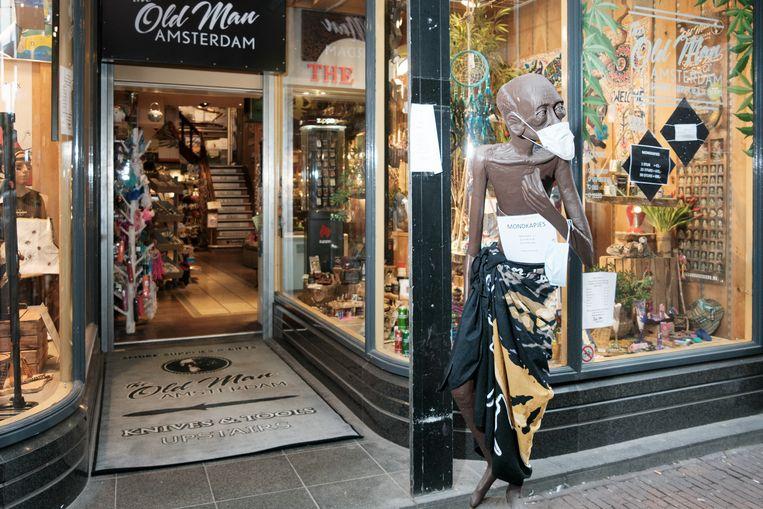 Souvenirwinkel The Old Man in de Damstraat. Beeld Jakob Van Vliet