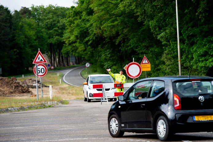 De Otterloseweg is vanuit Apeldoorn naar Hoenderloo vanaf de heide bij 't Leesten afgesloten.