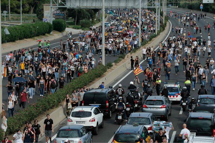 De toegangsweg voor de luchthaven wordt nu ingepalmd door aanhangers van de Catalaanse separatisten.