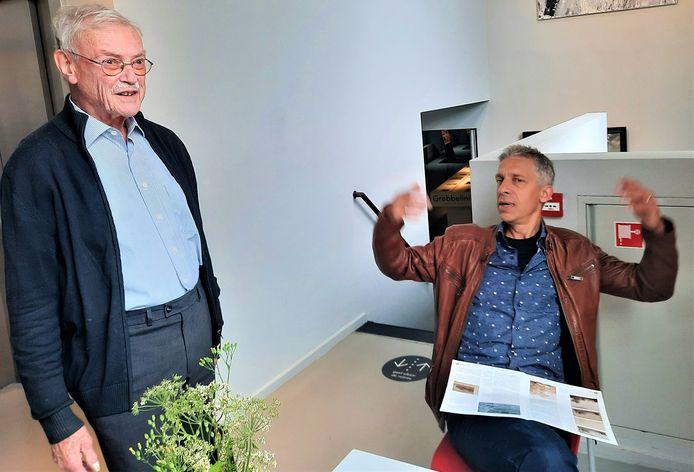 Flehite-directeur Onno Maurer (rechts) en voorganger Burchard Elias, druk in discussie over Jordanus Hoorn.