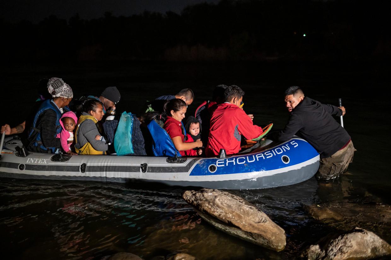 Smokkelaars brengen migranten vanuit Mexico naar de Amerikaanse kant van de Rio Grande. Beeld Sergio Flores