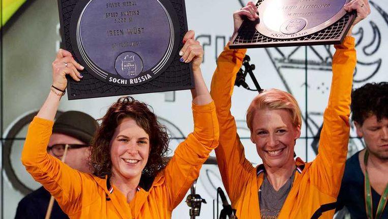 Zilveren medaille-winnares Ireen Wust (L) en bronzen medaille-winnares Carien Kleibeuker tijdens de huldiging voor hun rit op de 5000 meter. Beeld anp
