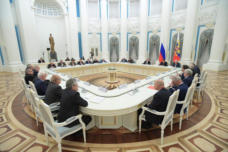 In de Catharinazaal ontmoet Poetin de Russische oligarchen. Beeld Tass via Getty Images
