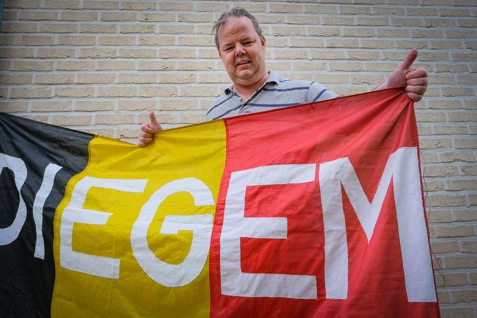 Danny Gooris met zijn wereldberoemde vlag.