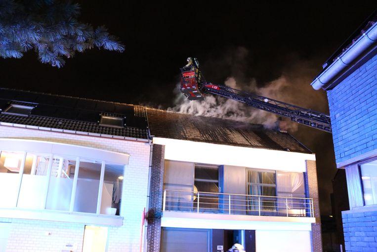 De brand ging gepaard met heel wat rookontwikkeling. De woning is onbewoonbaar.
