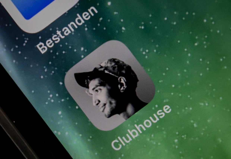 Clubhouse op een telefoon. Leden van de exclusieve social media-app kunnen via het platform meeluisteren of deelnemen aan live gesprekken. Beeld ANP