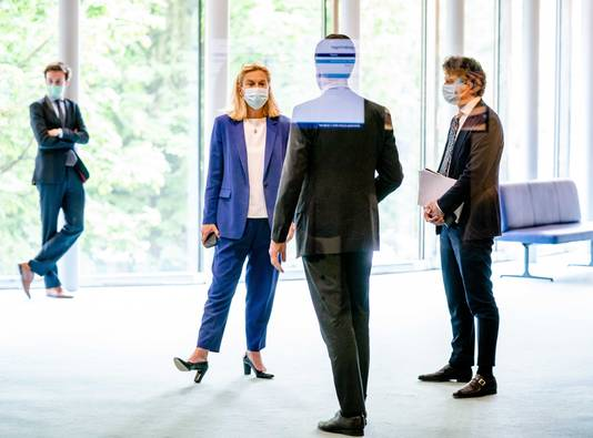 Sigrid Kaag (D66), Mark Rutte (VVD) en Jesse Klaver (GroenLinks) tijdens een schorsing van het debat in de Tweede Kamer over het eindverslag van informateur Mariëtte Hamer.