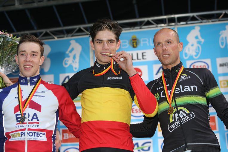 Van Aert pronkt met het goud op het BK cross 2016 in Lille.  Beeld Photo News