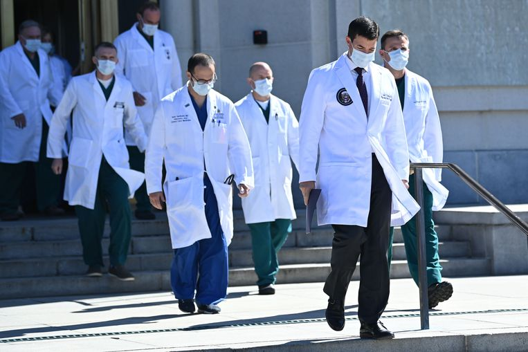 Dokter Sean Conley (rechts) en zijn team gaven in een persconferentie een update over de gezondheidstoestand van Amerikaans president Donald Trump. Beeld AFP