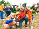 Ook gezinnen nemen een kijkje op de Oranjerotonde.