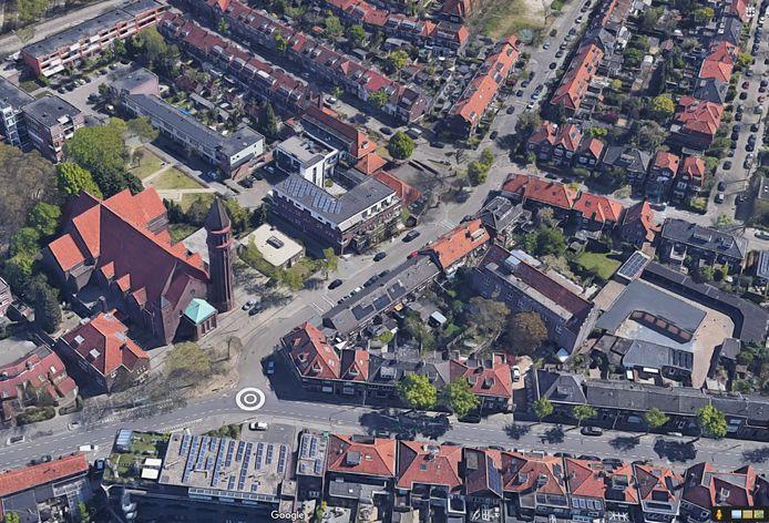 De Heilig Hart van Jezuskerk aan de Ploegstraat in Eindhoven. Op de voorgrond de Gestelsestraat.