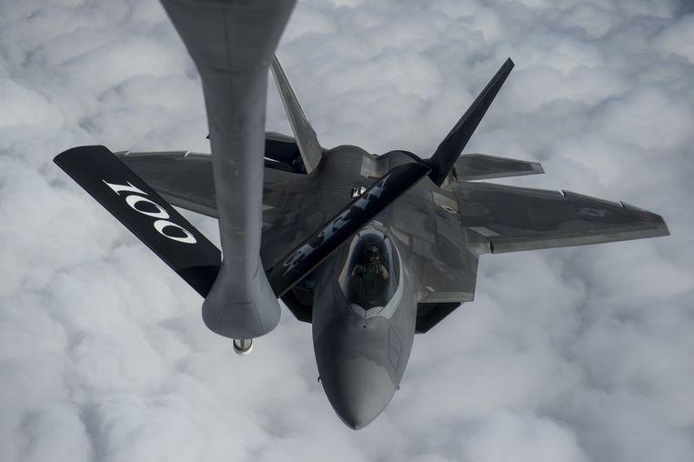 Een F-22 Raptor die is ingezet voor de oorlog tegen Islamitische Staat vliegt boven de Arabische Zee. Beeld US Air Force