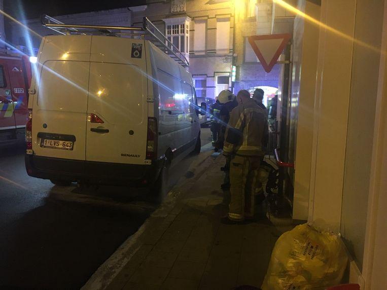 De brandweer koelde het wiel van de bestelwagen nog wat af.