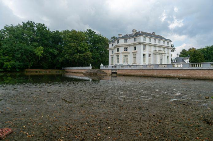 Er staat amper water in de vijver van kasteel Hof ter Linden.