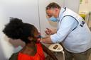 Marc Van Ranst vaccinant une jeune femme, mercredi, à Anvers