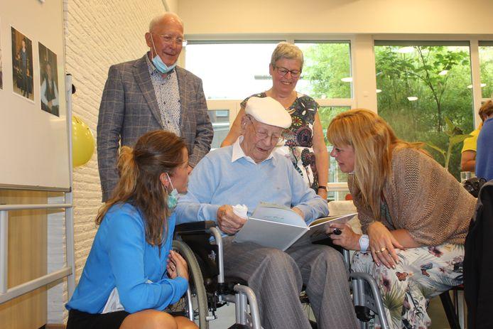 Etienne Maes was zichtbaar ontroerd, toen hij op zijn 100ste verjaardag een album vol familiekiekjes cadeau kreeg.