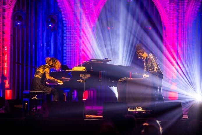 Een optreden in de Eindhovense Paterskerk van O-Janà, met vocalist en sampler Ludovica Manzo en pianiste Alessandro Bossa.
