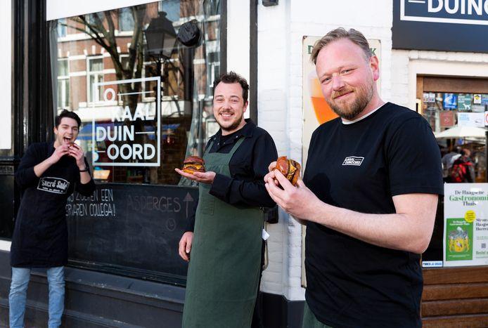 Bakker Maxim Rousseau van Sucré Salé en slager Nick Warrington van 't Oude Ambacht (groen schort) zijn deel van het geheim om de hamburger van Lokaal Duinoord te maken.